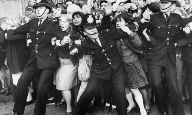 #MusicMoments | Beatles Fans Try to Break Through Police Line at Buckingham Palace, London 1965