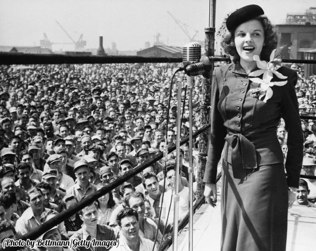 #MusicMoments: Judy Garland sings in Philadelphia to raise money for the war effort, 1944. #TheMusicSite